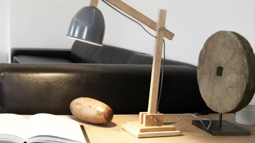 staande lamp houten voet tafel papier bank grijs