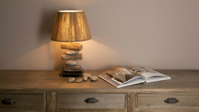 Tafellamp houten voet landelijk klassieke stijl kast boek