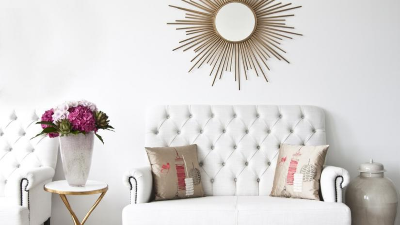 biała sofa pikowana