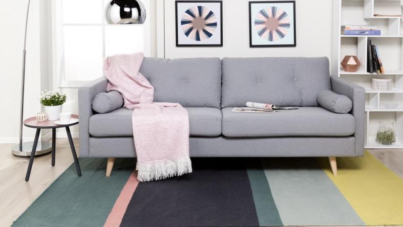 dywan w paski do salonu