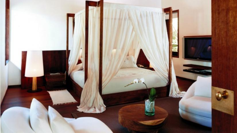 dwuosobowe łóżko z baldachimem