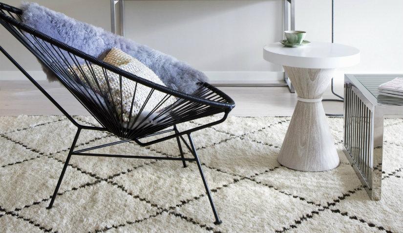 Beżowy dywan z juty