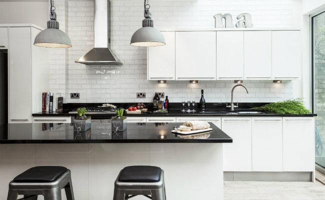 Biała kuchnia w stylu industrialnym