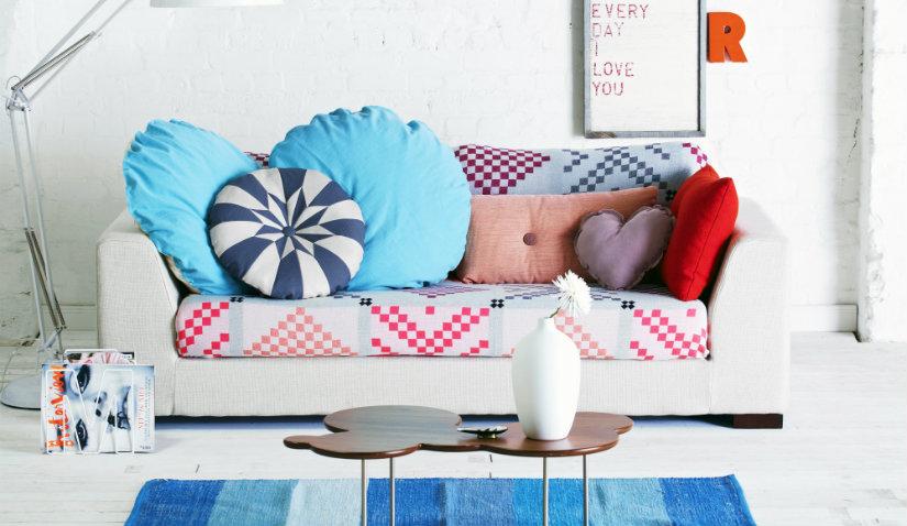 Niebieski dywan w paski