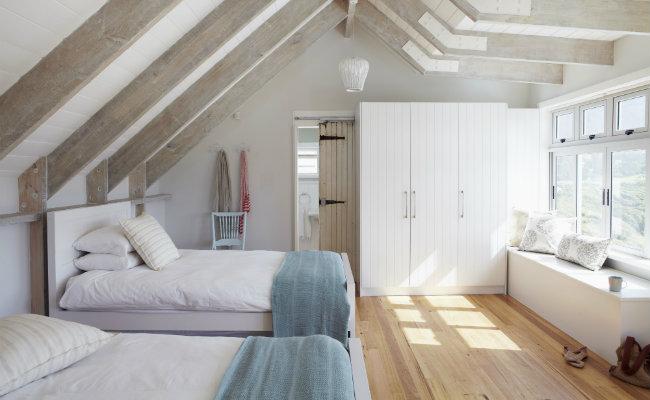 Biała sypialnia na strychu