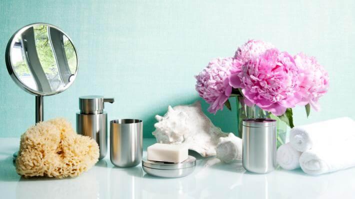 nowoczesne łazienki srebrne akcesoria