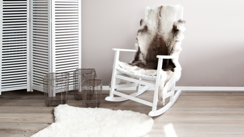 krzesło bujane białe