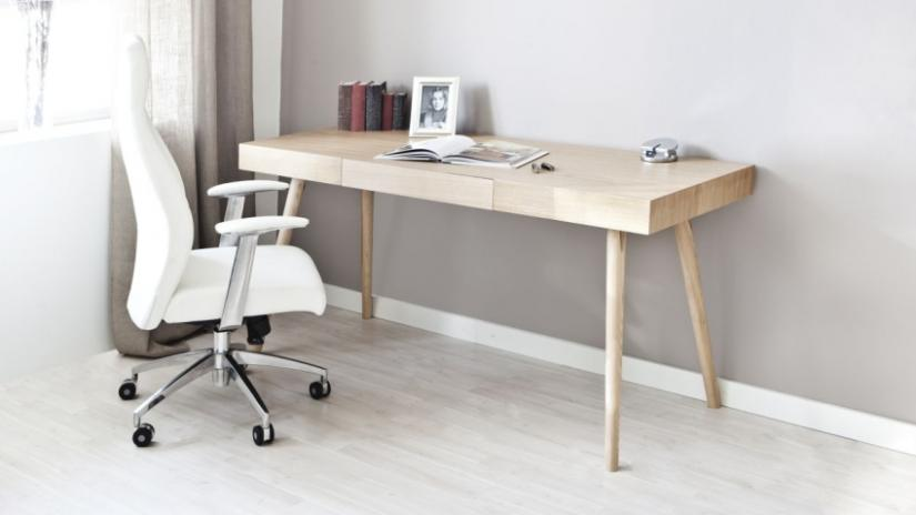biurko drewniane w stylu skandynawskim