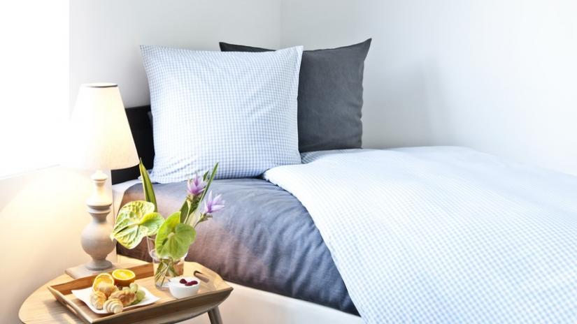 stolik do łóżka z uchwytami