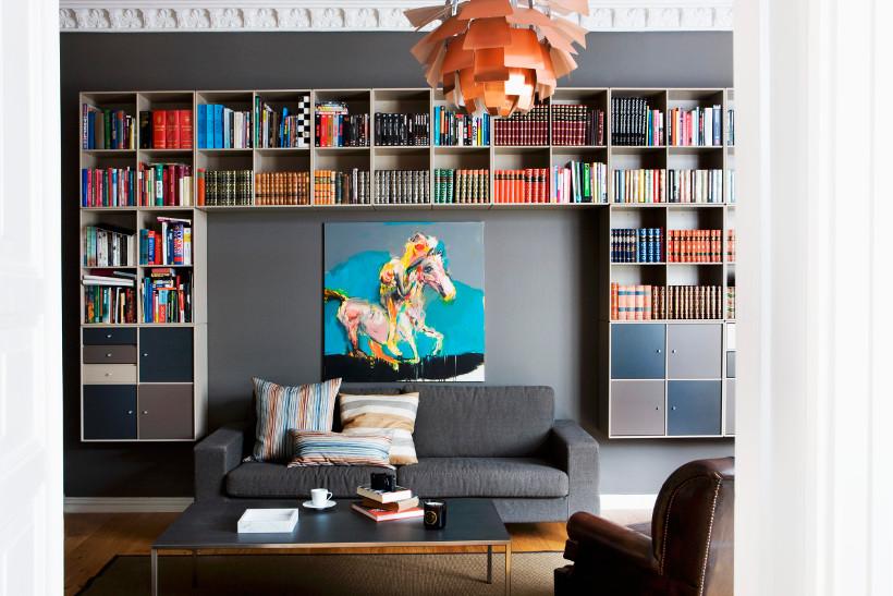 półki na książki w wyrazistym wnętrzu