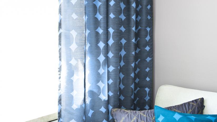niebieskie zasłony do sypialni
