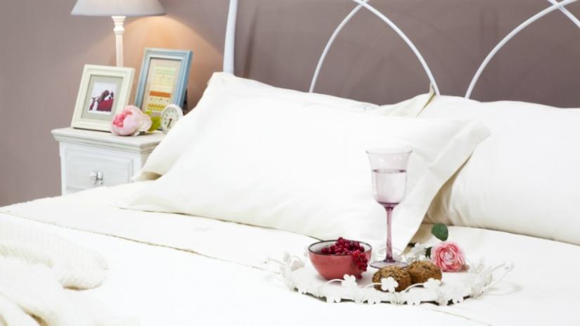 łóżko kute białe