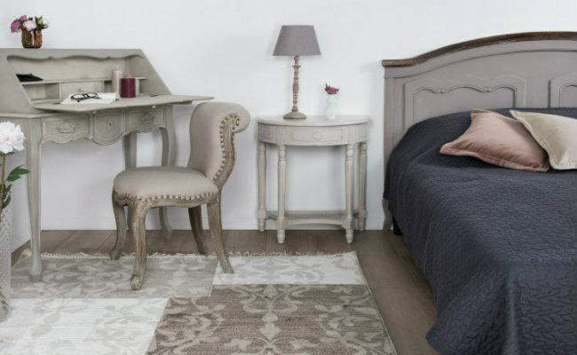 Szara sypialnia w stylu prowansalskim