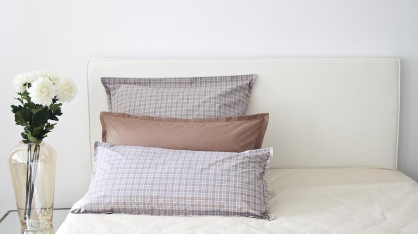 łóżko w stylu skandynawskim z wezgłowiem
