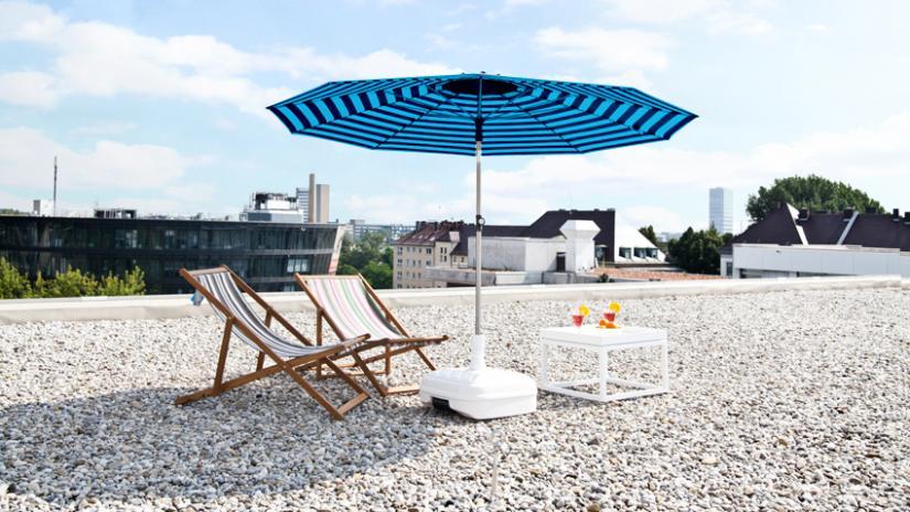 parasol na balkon niebieski