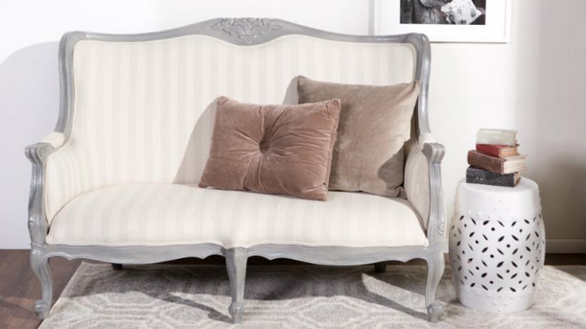 sofa w stylu prowansalskim na nóżkach
