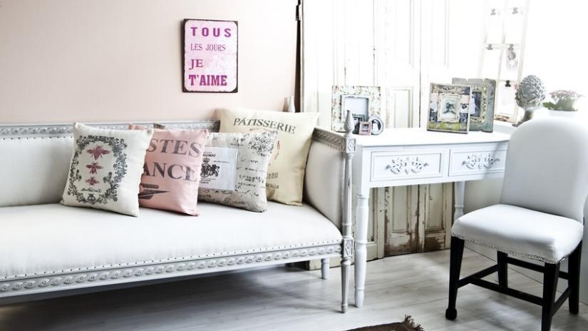 sofa w stylu prowansalskim tapicerowana