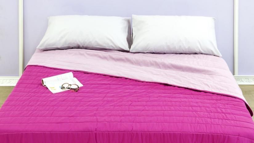 nowoczesne narzuty na łóżko różowe