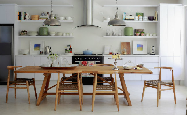Jasne meble kuchenne i drewniane dodatki