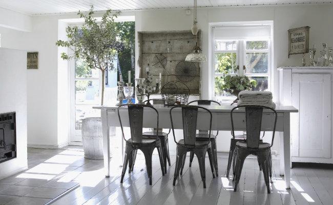 Jasne meble kuchenne i styl industrialny