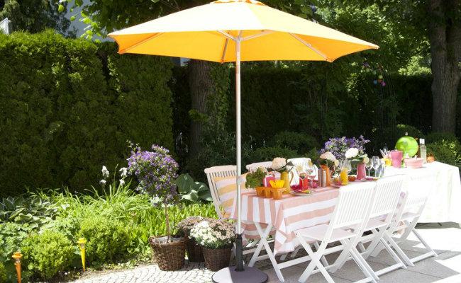 Wypoczynek w ogrodzie w słońcu