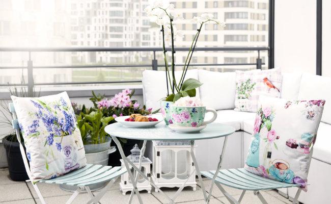 Białe dekoracje na balkon