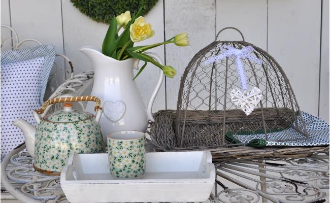 Wiklinowe dekoracje na balkon na stole