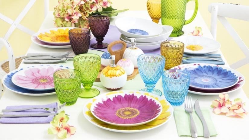 kolorowa zastawa stołowa w kwiaty