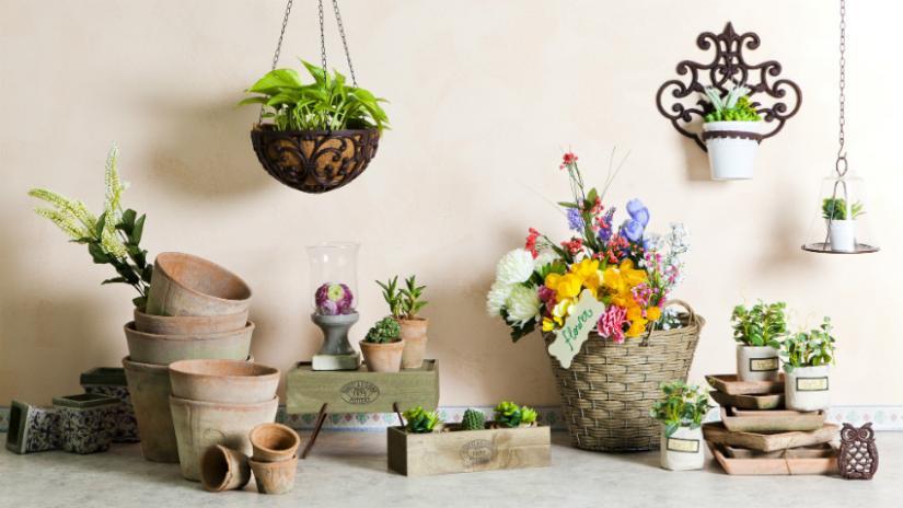 sztuczne kwiaty w doniczce