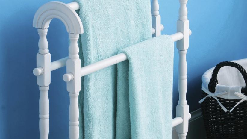 stojący wieszak na ręczniki biały