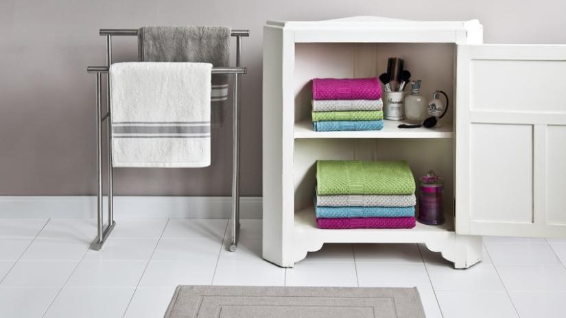 stojący wieszak na ręczniki metalowy