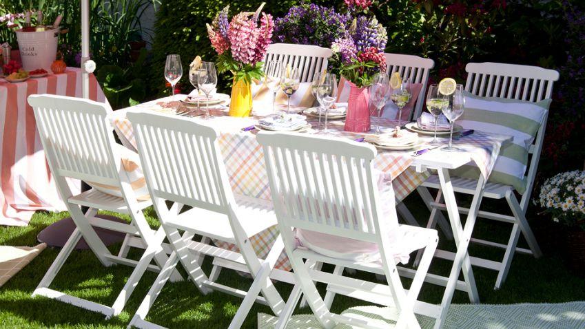 Białe krzesła ogrodowe