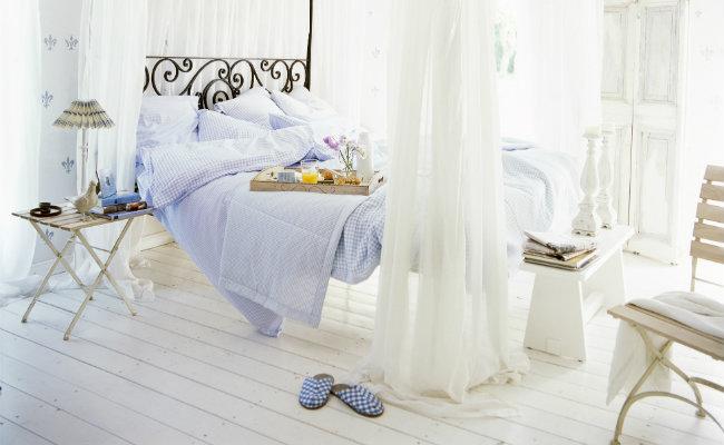 Biała sypialnia z baldachimem
