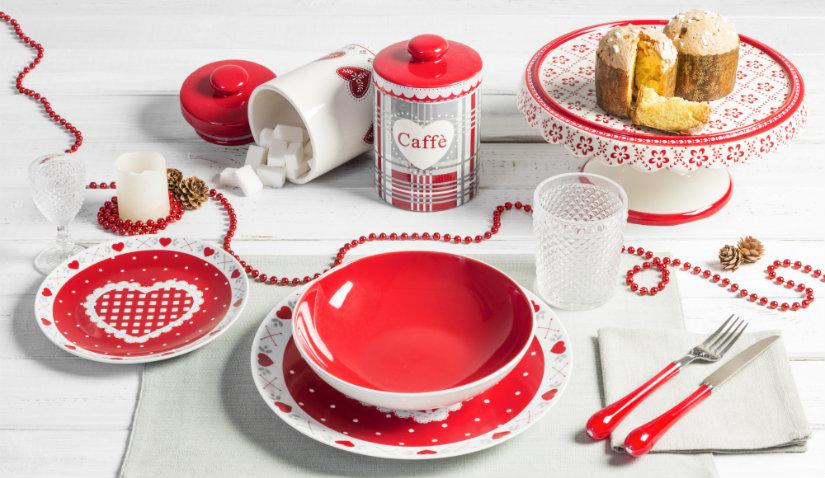 Czerwona kuchnia i dodatki z porcelany