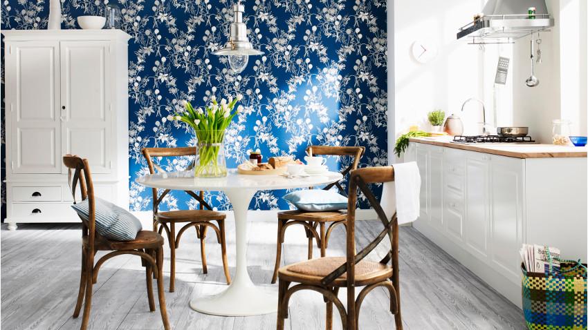 Drewniane akcenty w niebieskiej kuchni