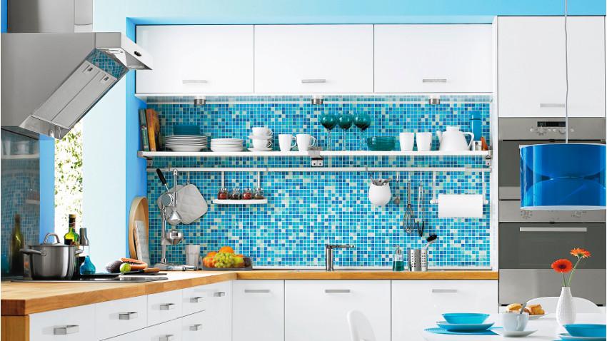 niebieska kuchnia powiększa optycznie pomieszczenie