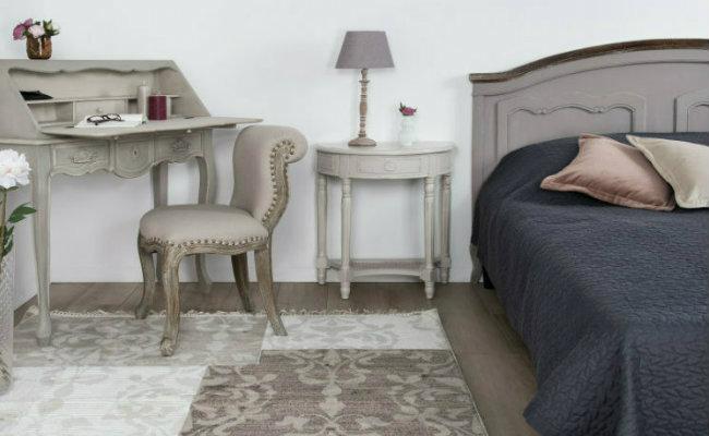 Szara sypialnia inspirowana stylem prowansalskim
