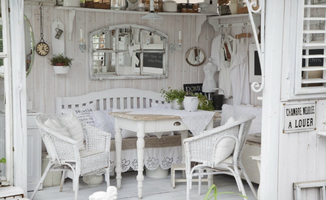 Biała drewniana weranda w stylu prowansalskim