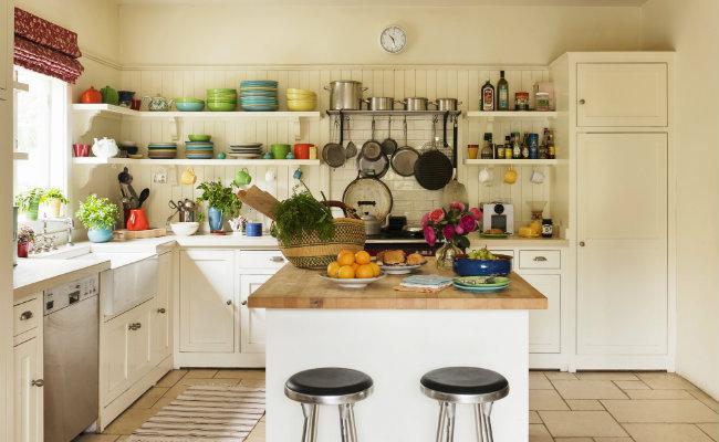 Meble kuchenne beżowe w przytulnej kuchni