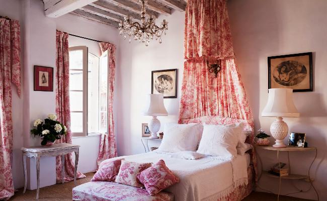 Różowa sypialnia w stylu rustykalnym