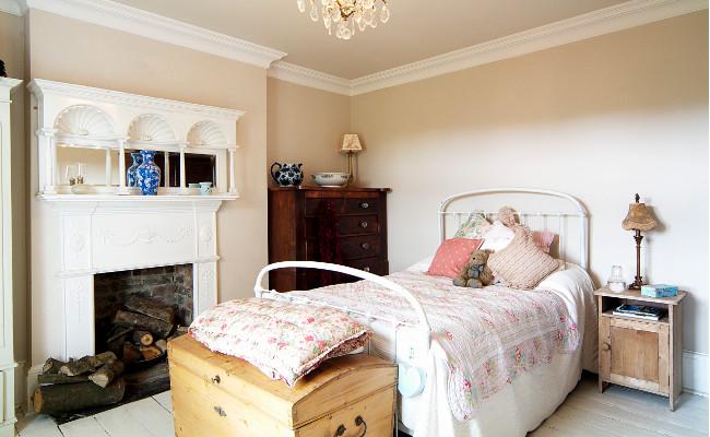 Beżowa sypialnia w stylu rustykalnym