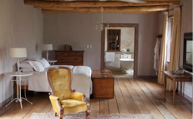 Sypialnia w stylu rustykalnym i drewniane deski
