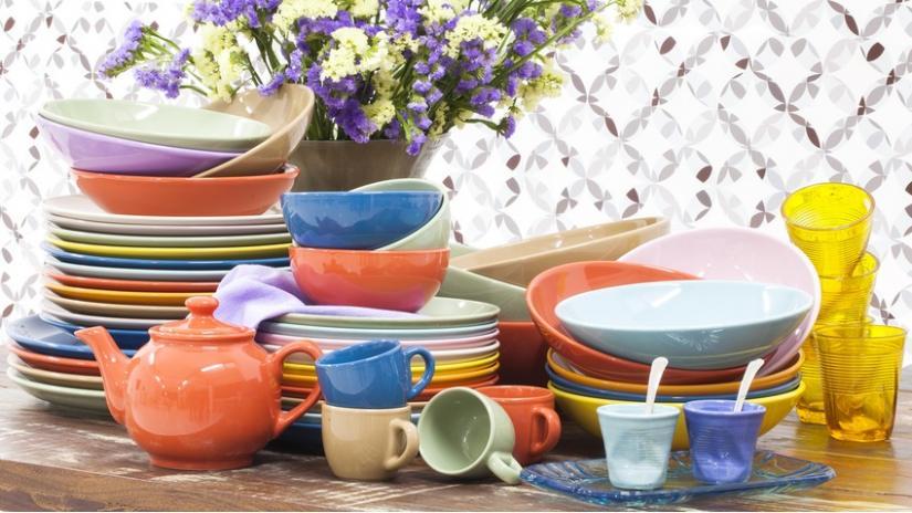 kolorowe talerze z ceramiki