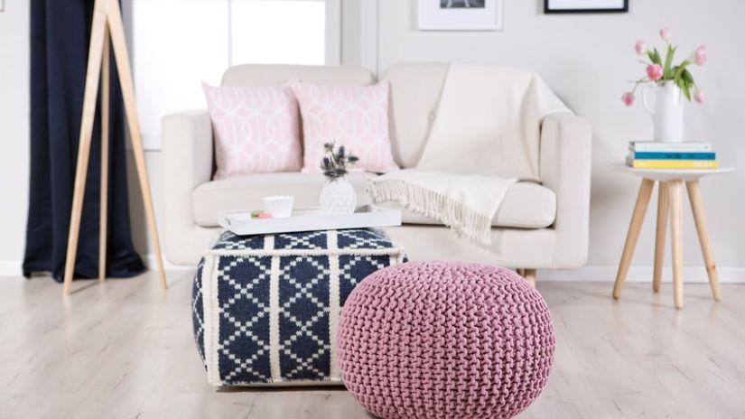 Ružová pletená taburetka