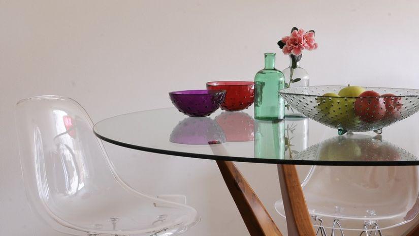 SKlenený stôl a stoličky do kuchyne