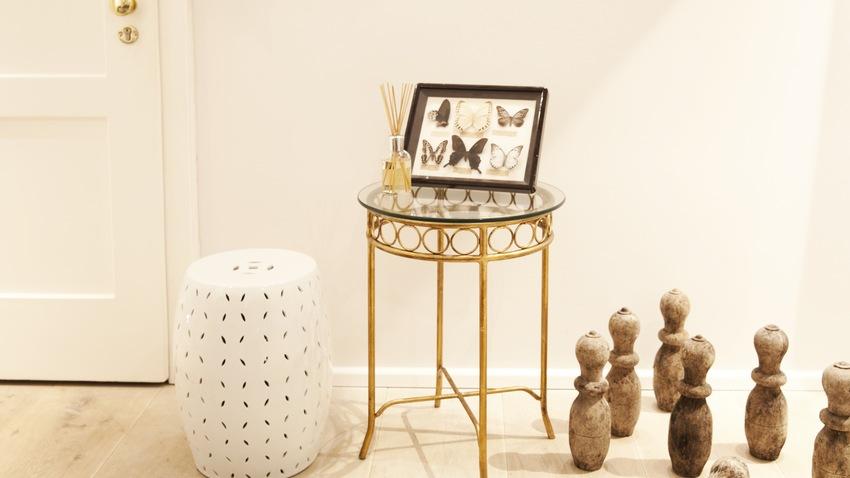 Zlatý sklenený stolík