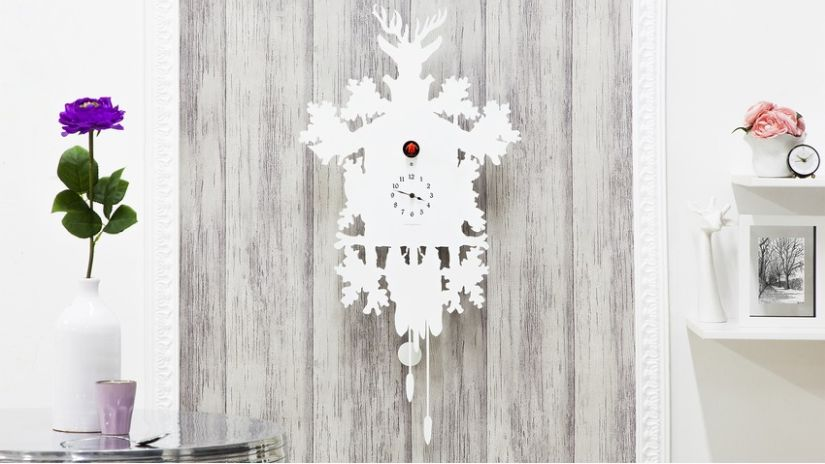Biele nástenné hodiny do obývačky