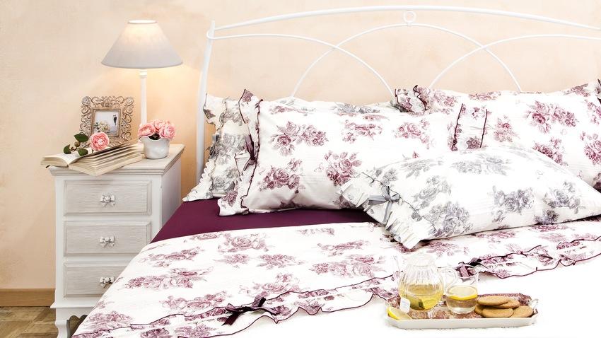Biela kovová posteľ