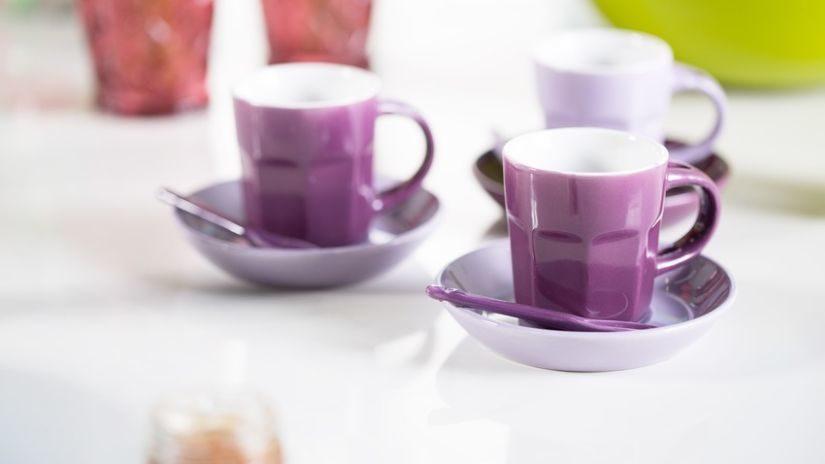 Moderné fialové hrnčeky na kávu