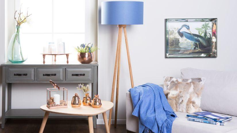 Modrá stojaca lampa z dreva